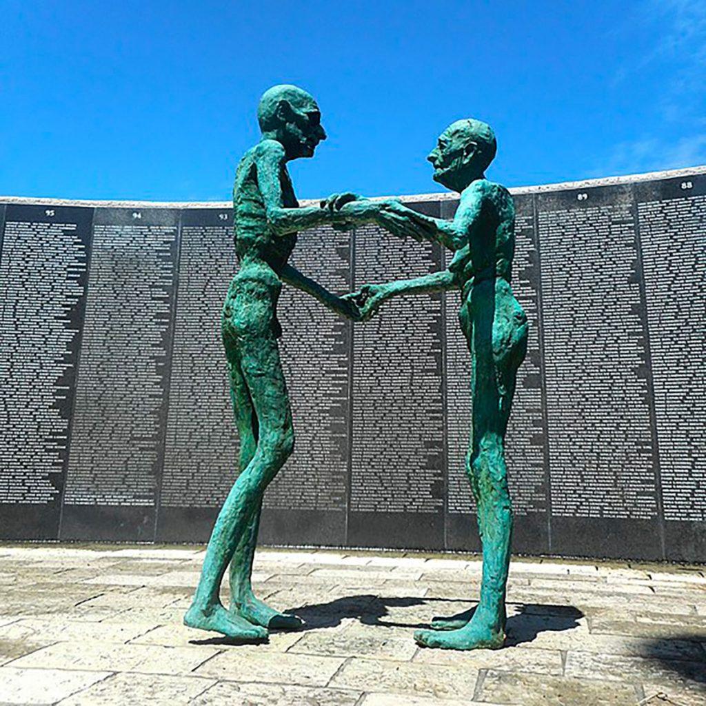 Statue d'un couple debout visible au mémorial de l'Holocauste à Miami Beach