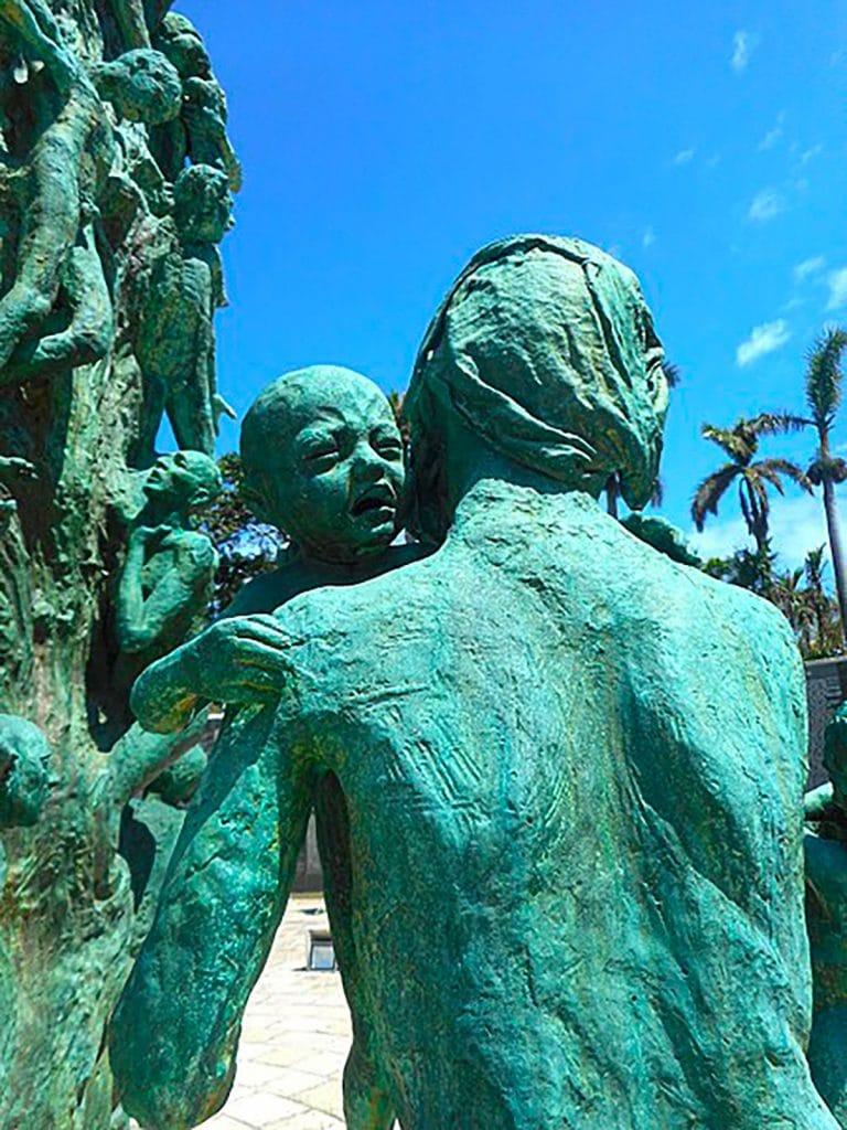 Statue d'une mère et de son enfant visible au mémorial de l'Holocauste à Miami Beach
